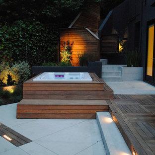 Ispirazione per un piccolo patio o portico moderno nel cortile laterale con pedane