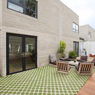 Ispirazione per un grande patio o portico contemporaneo in cortile con pavimentazioni in cemento e nessuna copertura