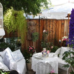 Foto de patio romántico con jardín de macetas