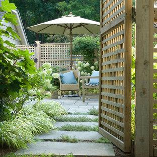 На фото: дворики в классическом стиле без защиты от солнца