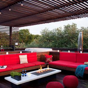 Foto de patio moderno, de tamaño medio, con fuente, entablado y pérgola