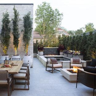Großer, Unbedeckter Moderner Patio im Innenhof mit Feuerstelle und Natursteinplatten in Denver