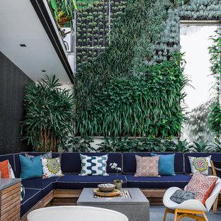 Idee per un grande patio o portico design in cortile con pavimentazioni in cemento e nessuna copertura
