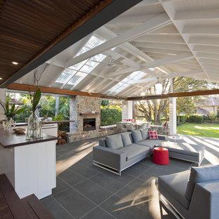 Diseño de patio contemporáneo, grande, en patio trasero, con brasero