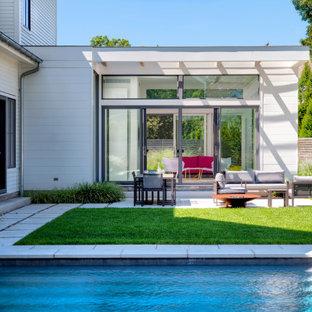 Idee per un patio o portico nordico di medie dimensioni e dietro casa con un focolare e nessuna copertura