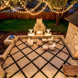Esempio di un grande patio o portico chic in cortile con un focolare e graniglia di granito