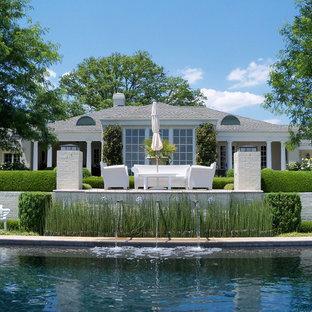 Immagine di un grande patio o portico tradizionale dietro casa con fontane, pavimentazioni in cemento e nessuna copertura