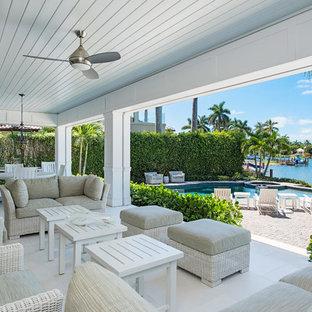 Idee per un patio o portico tropicale dietro casa