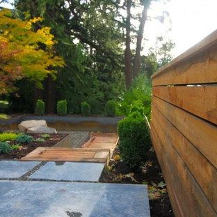 Esempio di un grande patio o portico etnico dietro casa con lastre di cemento e nessuna copertura