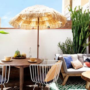 Diseño de patio mediterráneo, sin cubierta, con jardín de macetas