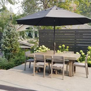 Ispirazione per un patio o portico design con lastre di cemento