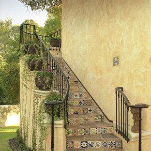 Immagine di un grande patio o portico mediterraneo in cortile con pavimentazioni in pietra naturale e un tetto a sbalzo