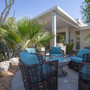Foto de patio minimalista, extra grande, sin cubierta, en patio trasero, con brasero y losas de hormigón