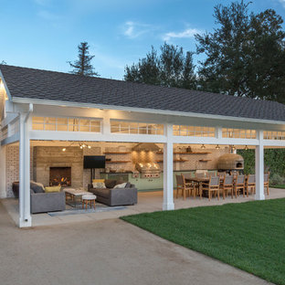 Cette image montre une terrasse avec une cuisine extérieure arrière traditionnelle avec une dalle de béton et un gazebo ou pavillon.
