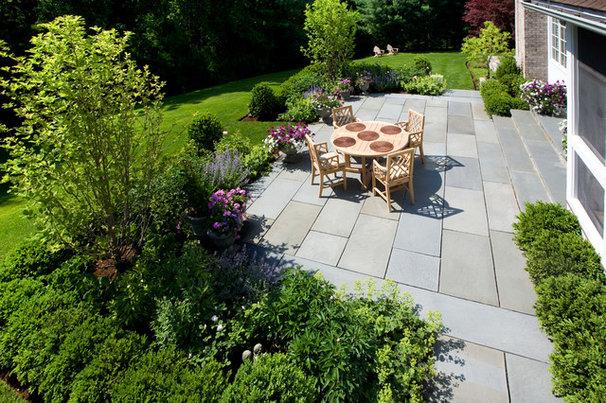 Traditional Patio by Dan K. Gordon Landscape Architects