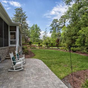 Foto di un piccolo patio o portico classico dietro casa con pavimentazioni in pietra naturale e nessuna copertura