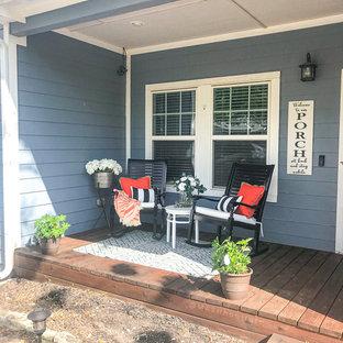 Idee per un piccolo patio o portico country davanti casa con pedane e un tetto a sbalzo