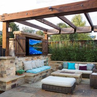 Exemple d'une terrasse arrière chic avec du carrelage et un gazebo ou pavillon.