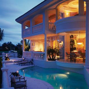 Esempio di un ampio patio o portico chic dietro casa con fontane, pavimentazioni in pietra naturale e un tetto a sbalzo