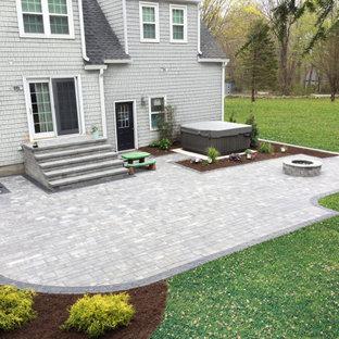 Esempio di un patio o portico minimalista di medie dimensioni e dietro casa con un focolare, pavimentazioni in cemento e nessuna copertura