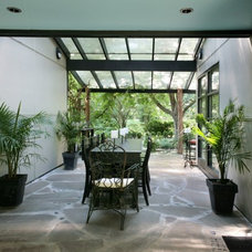 Modern Patio by PETER EDWARDS ARCHITECTURE