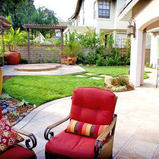 Geometrische, Mittelgroße Mediterrane Gartenkamin im Herbst, hinter dem Haus mit direkter Sonneneinstrahlung, Natursteinplatten und Steinzaun in San Diego