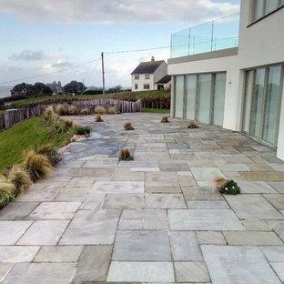 Ispirazione per un grande patio o portico scandinavo dietro casa con pavimentazioni in pietra naturale