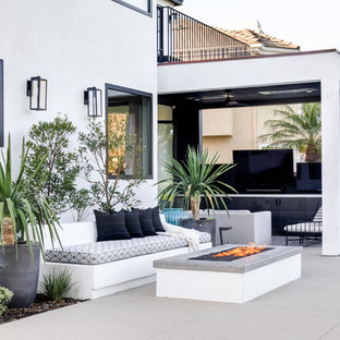 Esempio di un patio o portico minimal dietro casa con un focolare