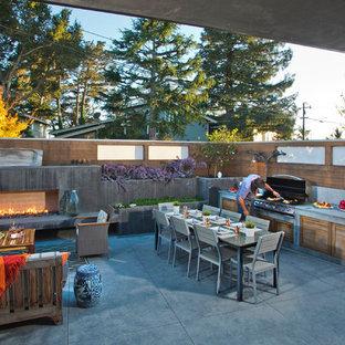 Esempio di un grande patio o portico moderno dietro casa con cemento stampato e nessuna copertura