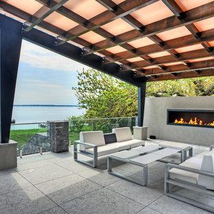 Imagen de patio contemporáneo, de tamaño medio, en patio trasero, con cenador y chimenea