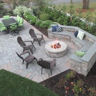 Ispirazione per un grande patio o portico classico dietro casa con un focolare, nessuna copertura e piastrelle