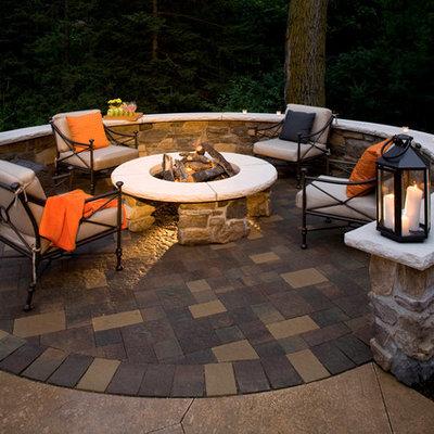 Example of a classic patio design in Minneapolis