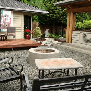 Foto di un patio o portico etnico di medie dimensioni e dietro casa con ghiaia, un gazebo o capanno e un focolare