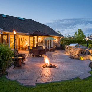 Esempio di un patio o portico american style di medie dimensioni e dietro casa con fontane e cemento stampato