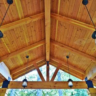 Ispirazione per un patio o portico shabby-chic style di medie dimensioni con pavimentazioni in mattoni e un gazebo o capanno