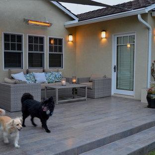Foto de patio actual, de tamaño medio, sin cubierta, en patio trasero, con suelo de baldosas y jardín de macetas