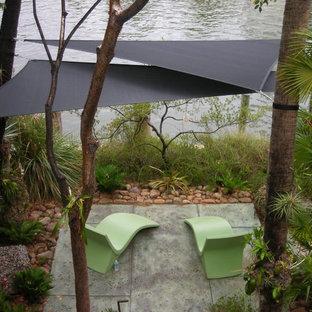 Modelo de patio tropical, pequeño, en patio trasero, con toldo