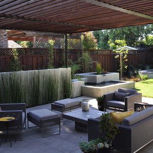 Immagine di un patio o portico contemporaneo con una pergola e fontane