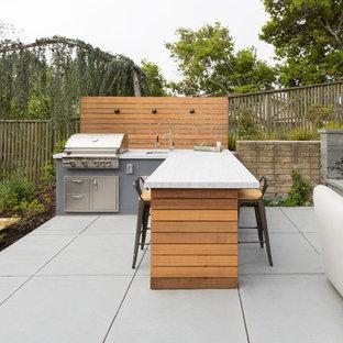 Unbedeckter Moderner Patio hinter dem Haus mit Outdoor-Küche und Betonplatten in San Francisco