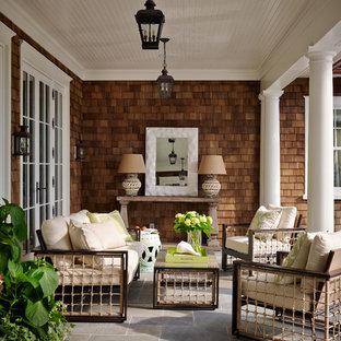 ジャクソンビルの大きいヴィクトリアン調のおしゃれな裏庭のテラス (タイル敷き、張り出し屋根) の写真