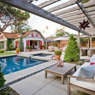 Идея дизайна: пергола во дворе частного дома на заднем дворе в стиле кантри с покрытием из бетонных плит