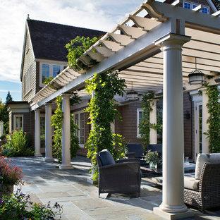 Ispirazione per un patio o portico vittoriano con una pergola