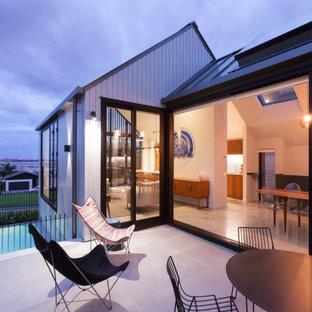 Immagine di un patio o portico moderno di medie dimensioni e nel cortile laterale
