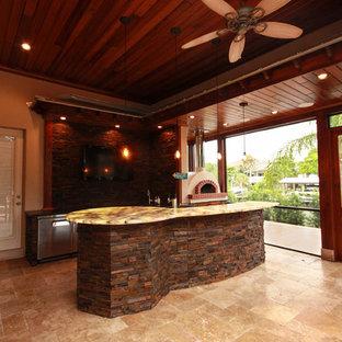 Cette photo montre une terrasse arrière chic avec des pavés en pierre naturelle et une extension de toiture.