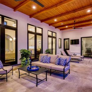 Foto de patio mediterráneo, grande, en patio trasero y anexo de casas, con fuente y suelo de hormigón estampado