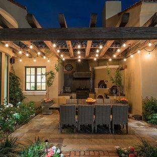 Exemple d'une terrasse avec une cuisine extérieure arrière sud-ouest américain de taille moyenne avec une pergola.