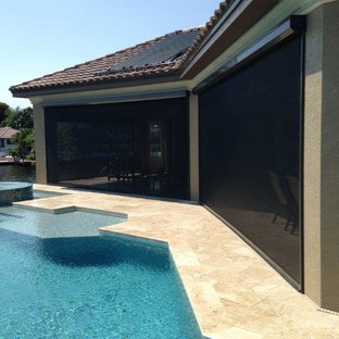 Idee per un patio o portico contemporaneo di medie dimensioni e dietro casa con piastrelle e un tetto a sbalzo