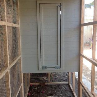 Immagine di un grande patio o portico stile marinaro nel cortile laterale con graniglia di granito e nessuna copertura