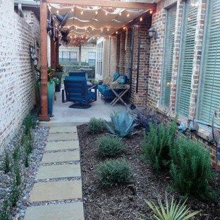 ダラスの小さいトランジショナルスタイルのおしゃれな横庭のテラス (ファイヤーピット、コンクリート敷き、オーニング・日よけ) の写真