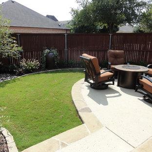 Новые идеи обустройства дома: маленький дворик на боковом дворе в классическом стиле с местом для костра, мощением тротуарной плиткой и козырьком